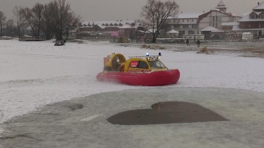 Przerębel w kształcie serca, poduszkowiec WOPR i samochód na lodzie w tle - fot. Tomasz Janus / sportnaukowo.pl