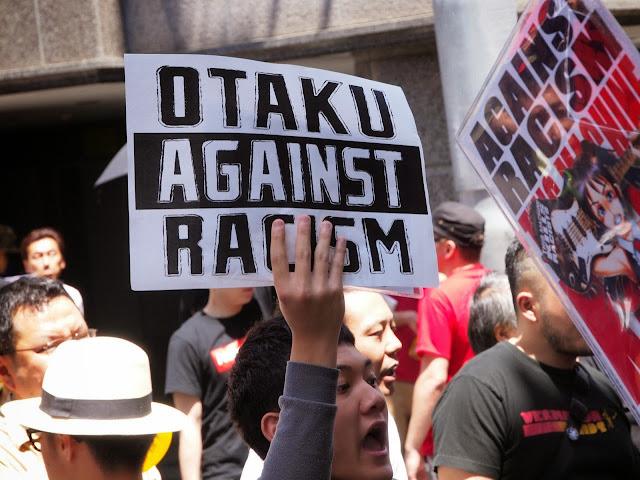 Japończyk z hasłem Otaku przeciwko rasizmowi