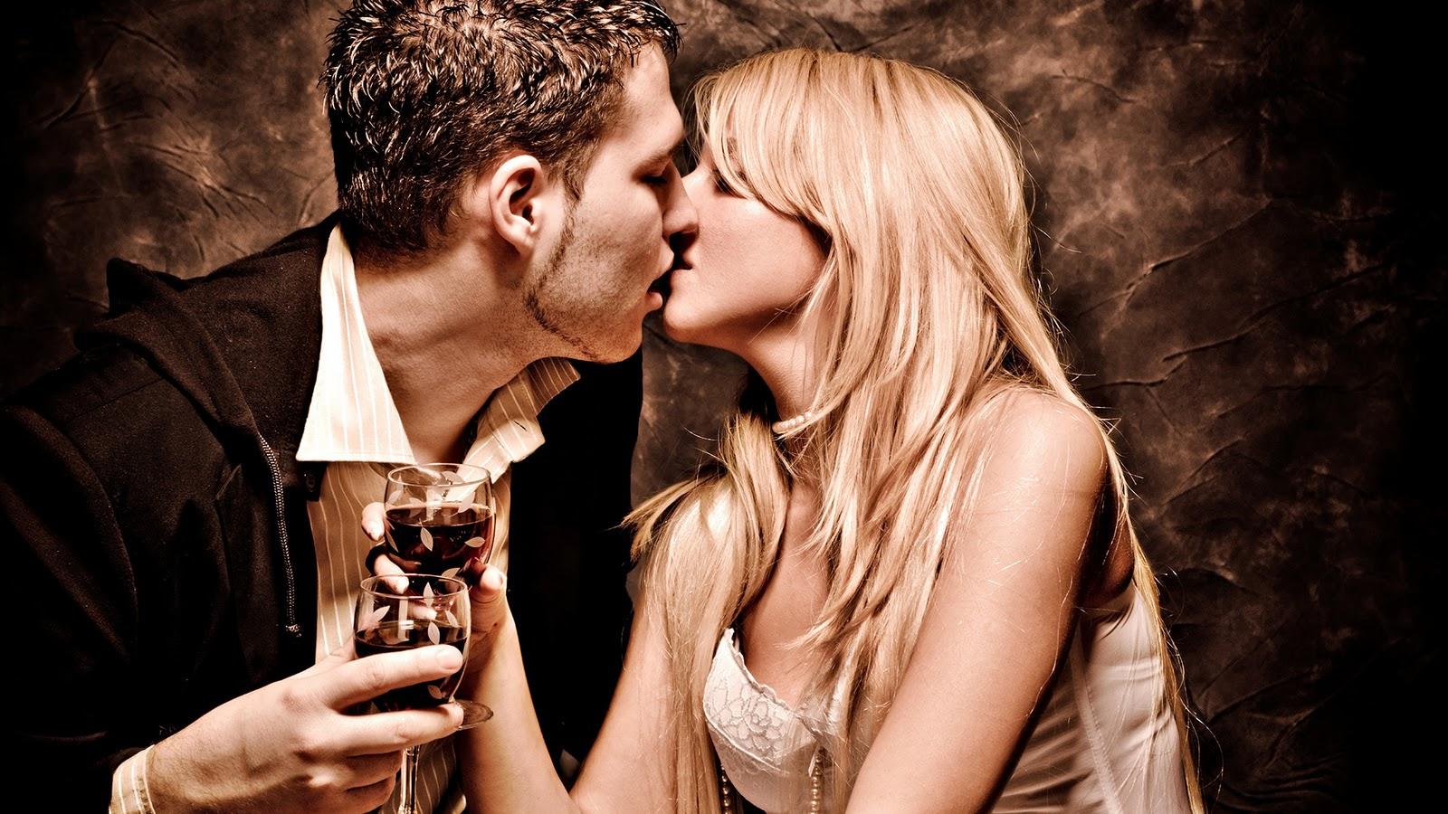 Красивые девушки целуются в засос