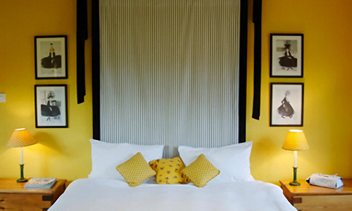 22 beautiful yellow themed small bedroom designs for Yellow bedroom interior design