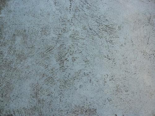 Pavimento-de-betão-com-sujidade-acumulada-nos-poros-pintar-a-casa