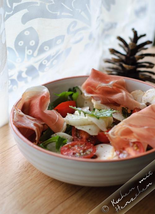 Frischer Salat mit Mairübchen