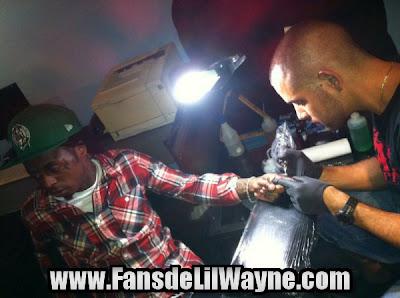 fotos de lil wayne tatuandose el dedo tatuajes