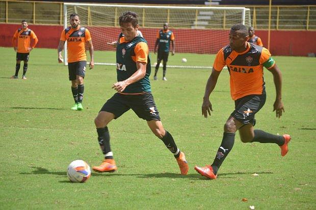Robert, à direita, é a esperança de gols do Vitória contra o Bragantino (foto: Divulgação/Vitória E.C.)