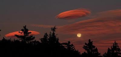 UFOs kommen nur bei Vollmond: Fantastische Fotos Lenticular-Wolken bei Crans Montana, Schweiz