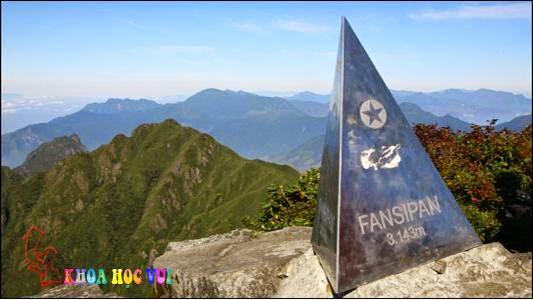 Bia độ cao của đỉnh Phan Xi Phăng