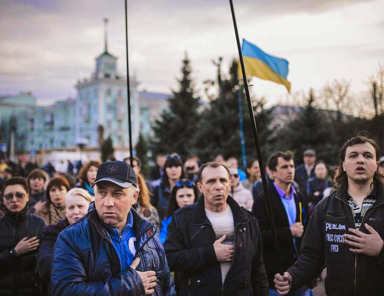 Ucranianos cantam o hino nacional em Lugansk.
