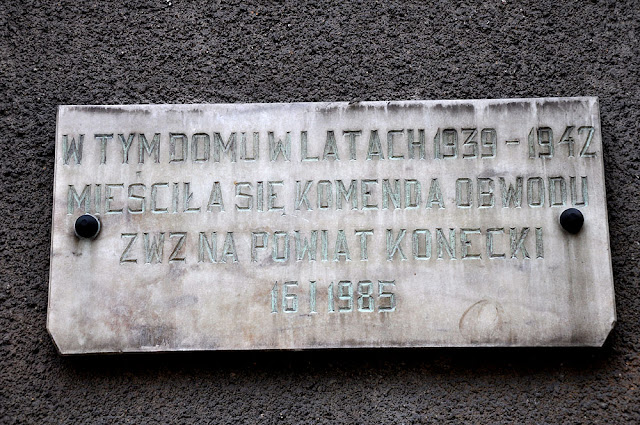 Końskie, dom przy ul. Zamkowej 20, pamiątkowa tablica. Fot. KW.