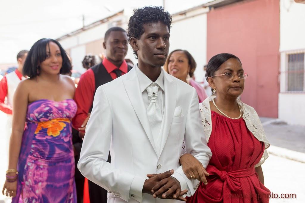 arrivée du marié au bras de sa mère dans la salle