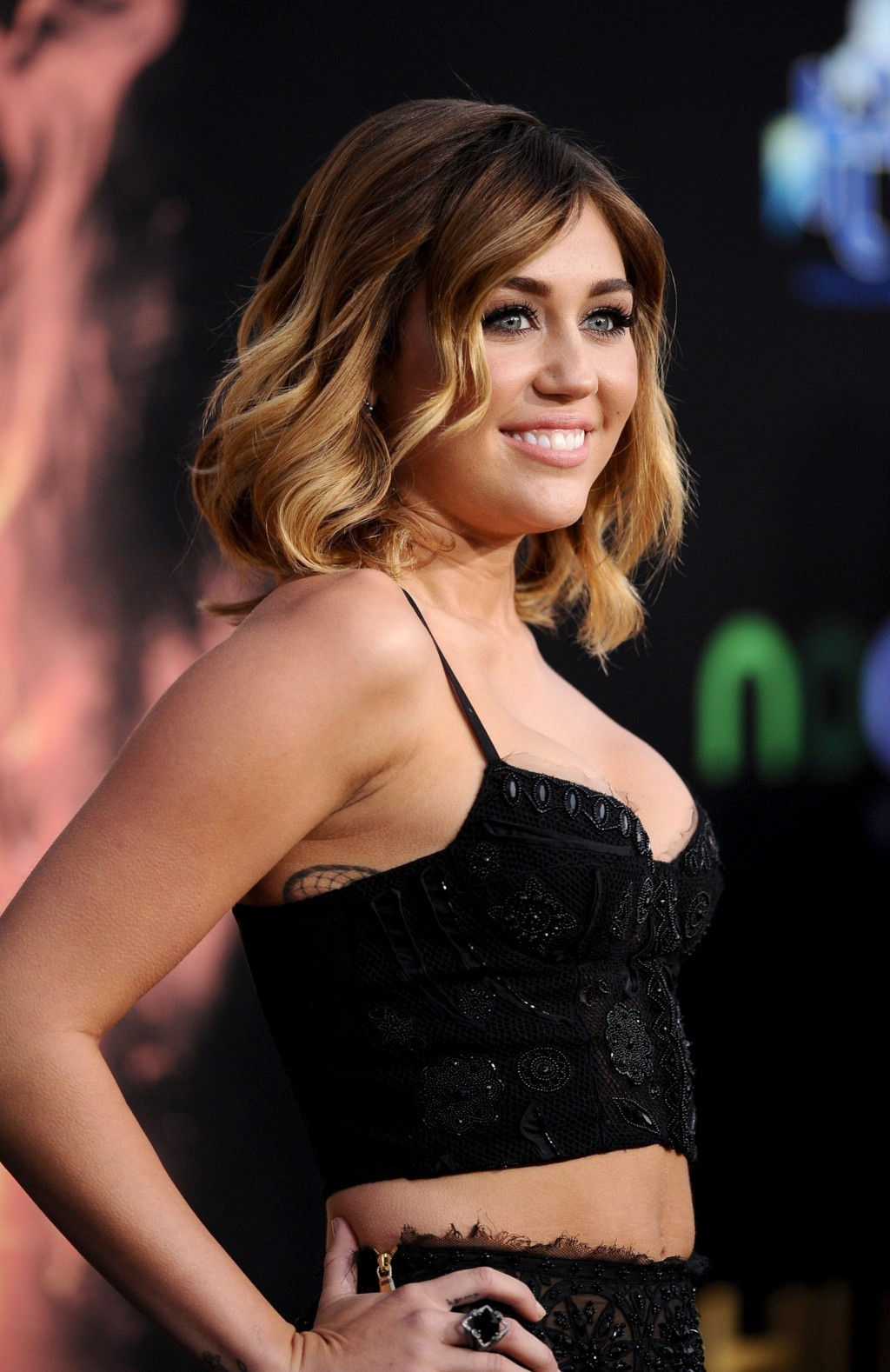 http://2.bp.blogspot.com/-RqW7fQKRoKc/T4ZB41mKDLI/AAAAAAAABq4/6UePGJvIWa8/s1600/Miley%2BCyrus%2BPremiere%2Bin%2BLos%2BAngeles%2B14.jpg