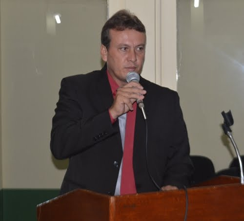 Vereador Valderi Bittencourt presta homenagem aos professores de Acrelândia na tribuna