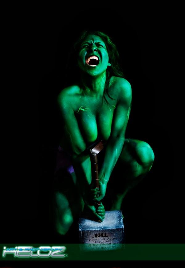 Body paint sexy de She hulk avec le marteau de thor