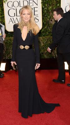 vestido negro con complemento dorado