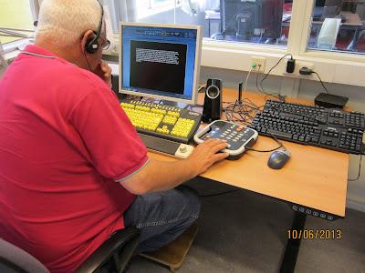fotografia de um dos postos de trabalho, nas aulas de informática