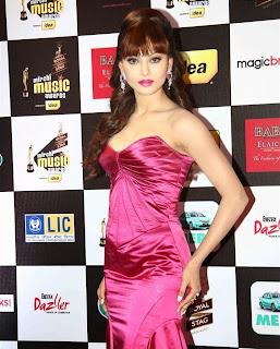 Urvashi Rautela in Lovely Pink Dress at Mirchi Music Awards and Ciroc Filmfare Glamoro Style Awards 2015