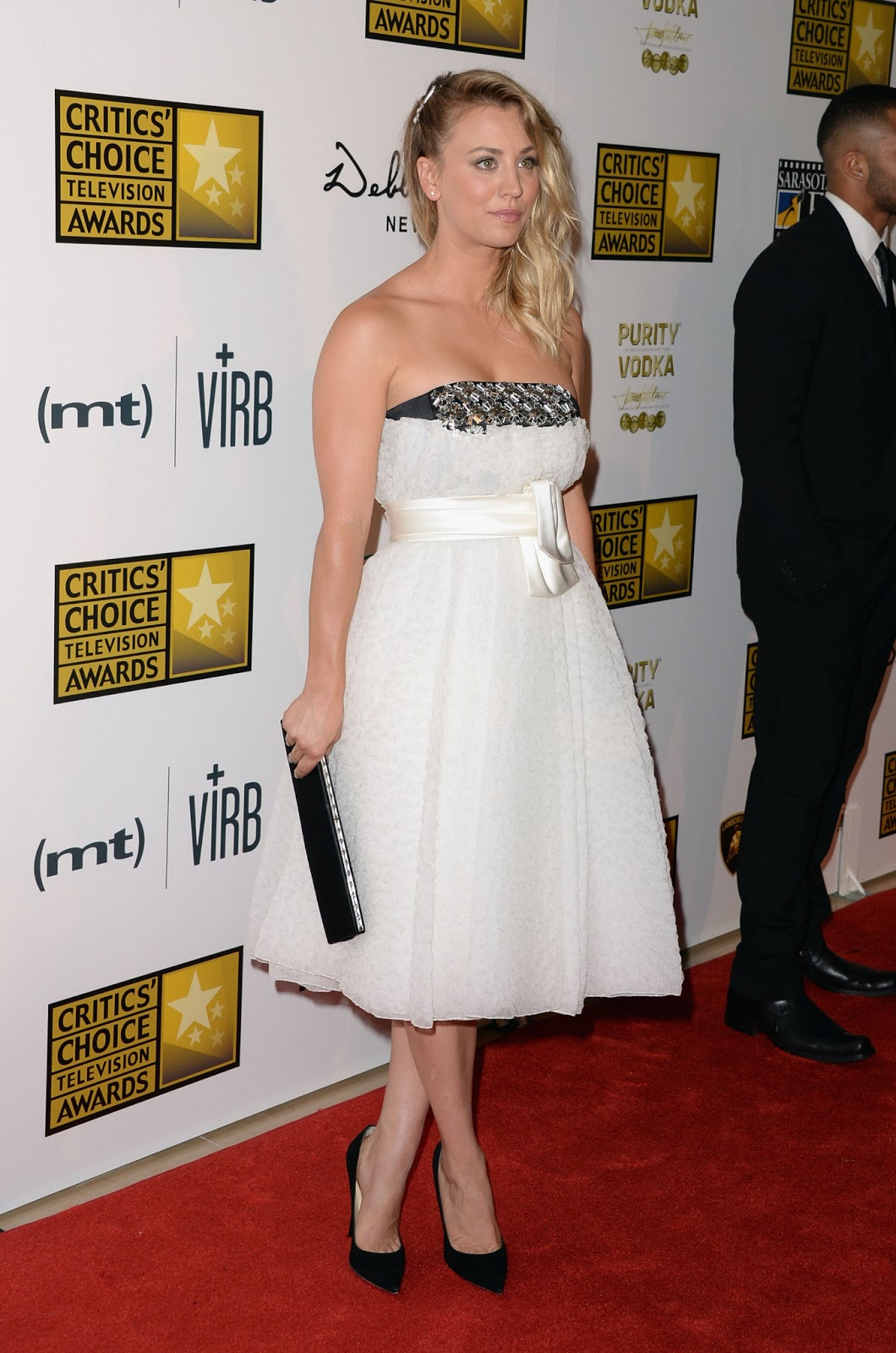http://2.bp.blogspot.com/-Rsb0gip3UvE/UbccW0sXa2I/AAAAAAAAgqA/-GUdbaro13E/s1600/Kaley+Cuoco+-+3rd+Annual+Critics%27+Choice+Television+Awards+red+carpet+-+June+10,+2013+-05.jpg