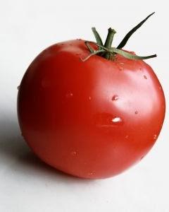 merupakan buah yang sering dijadikan bumbu dan masakan Manfaat Buah Tomat untuk Kesehatan dan Kecantikan