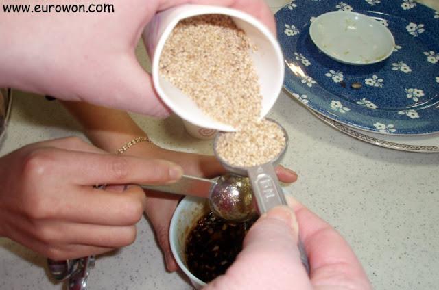 Añadimos las semillas de sésamo