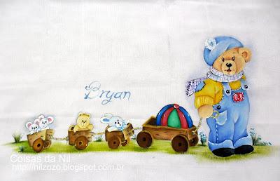 fralda pintada com ursinho de jardineira azul e trenzinho de madeira