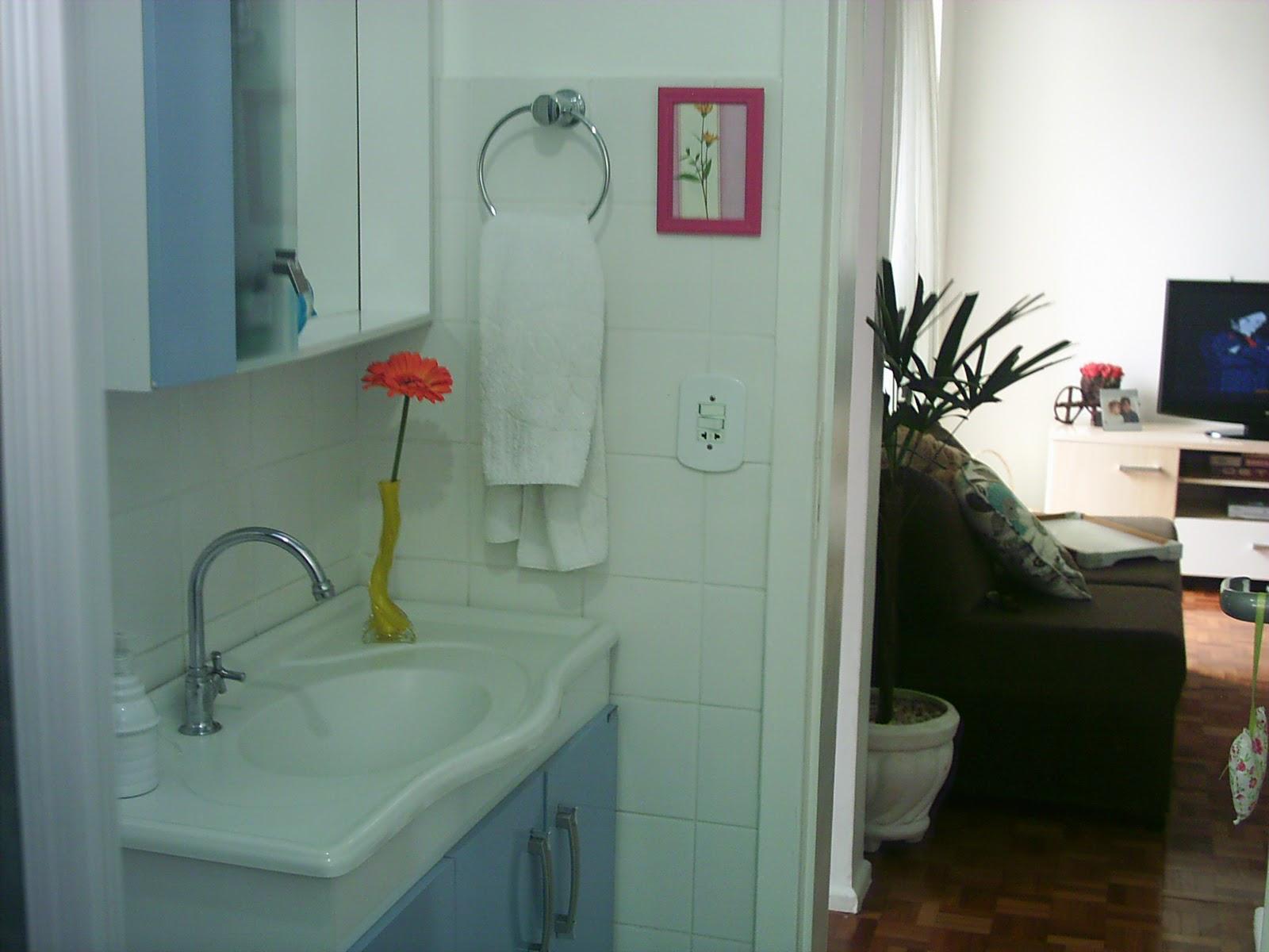 um pouco do branco do banheiro e deixou o cantinho mais alegre #773A3F 1600 1200