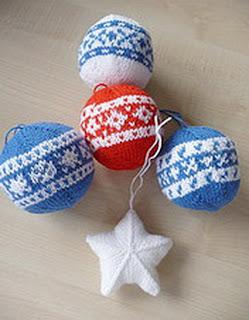 Бело-голубые вязаные шары