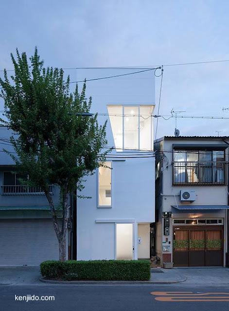 Casa moderna angosta en Japón