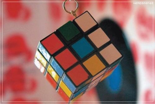 Resolvendo o cubo mágico e fazendo malabarismo ao mesmo tempo