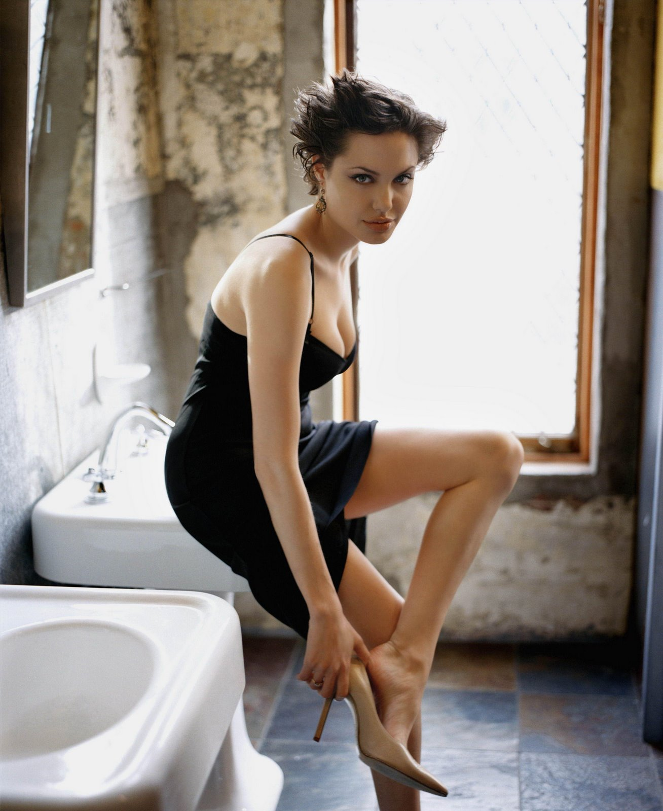 http://2.bp.blogspot.com/-Rulx1HJowsU/TrqOmNrBbeI/AAAAAAAADKc/J6Vv75HMhMQ/s1600/angelina+jolie+short+hair-black-dress-bathroom.jpg