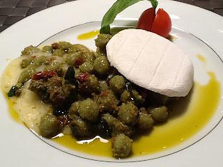 gnocchetti (con pesto e pomodorini piccanti) distesi (su tomino tiepido)