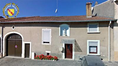 PULLIGNY (54) - Maison à la statue de Jeanne d'Arc