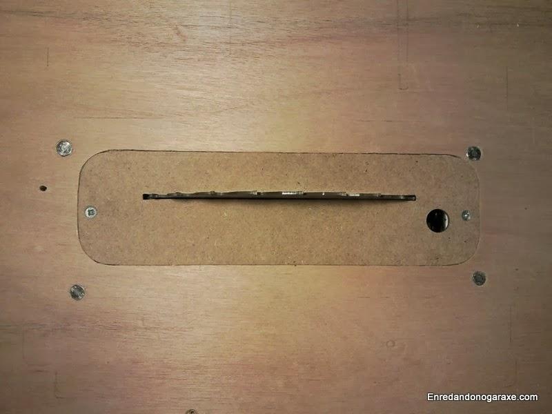 Inserto y tornillos de fijación de la sierra de disco a la mesa, enredandonogaraxe.com