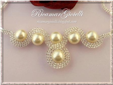 Collana Infinito realizzata con perle 8 mm e decorata con una doppia onda in brick stitch di rocailles 15/0 a formare il simbolo dell'infinito
