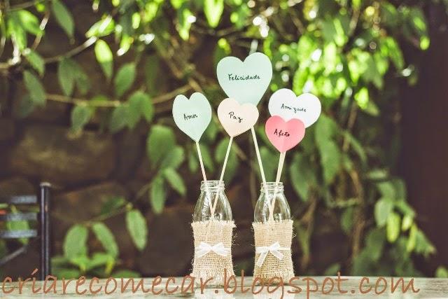 decoracao casamento garrafas de vidro: uma tira de juta,e amarrei no meio um laço de fita de organza