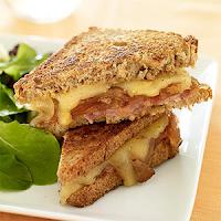 Υγιεινό σάντουιτς με ζαμπόν και καραμελωμένα κρεμμύδια!