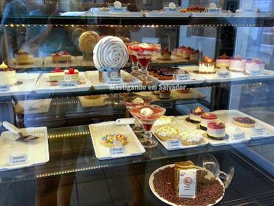 St. Michel Café Confeitaria: Vitrine de produtos