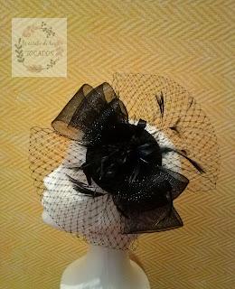 tocado negro de crin realizado por encargo con plumas y velo