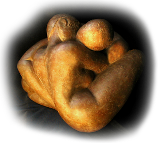 Statue style contemporain couple nu enlacé