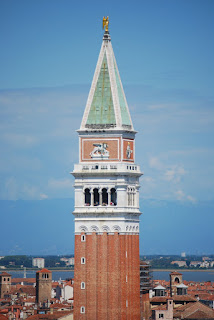 Campanile è una costruzione sopraelevata adiacente ad una chiesa, cattedrale o basilica dove al suo interne vi sono le campane