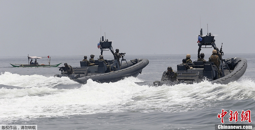 US navy soldiers and their Philippine counterparts operate two boats during a joint military exercises between the Philippines and the United States at the South China Sea, June 28, 2013. The Philippines and US Naval forces began joint military exercises codenamed Cooperation Afloat Readiness and Training (CARAT) at the South China Sea on June 27. (CNS Photo)