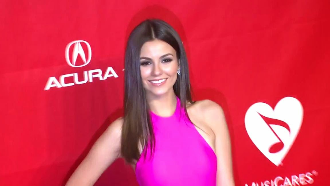 Victoria justice 2014 musicares person of the year gala sexy leg