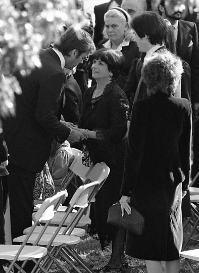 Robert Wagner, conforta a la madre de Natalie, María.