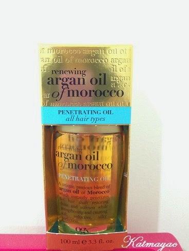 En la parte trasera del empaque, dice, que este aceite protege el cabello del daño que provoca el calor al secarlo o peinarlo y de los rayos UV.