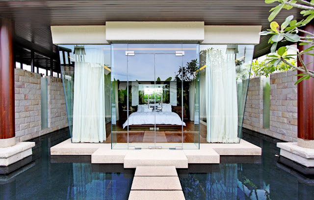 Picture of the bedroom located in the glass cube floating on the water