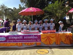 นักเรียนบ้านภูมิซรอลให้บริการเสริฟน้ำต้อนรับคณะนักศึกษาวิทยาลัยป้องกันราชอาณาจักรปี2557เมื่อ18 ธ.ค.