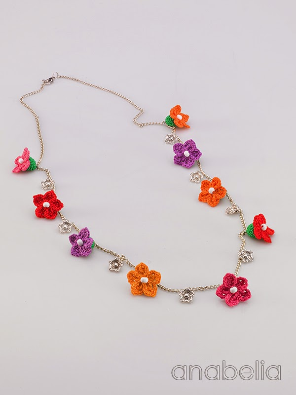 Crochet-tiny-flowers-necklace-Anabelia