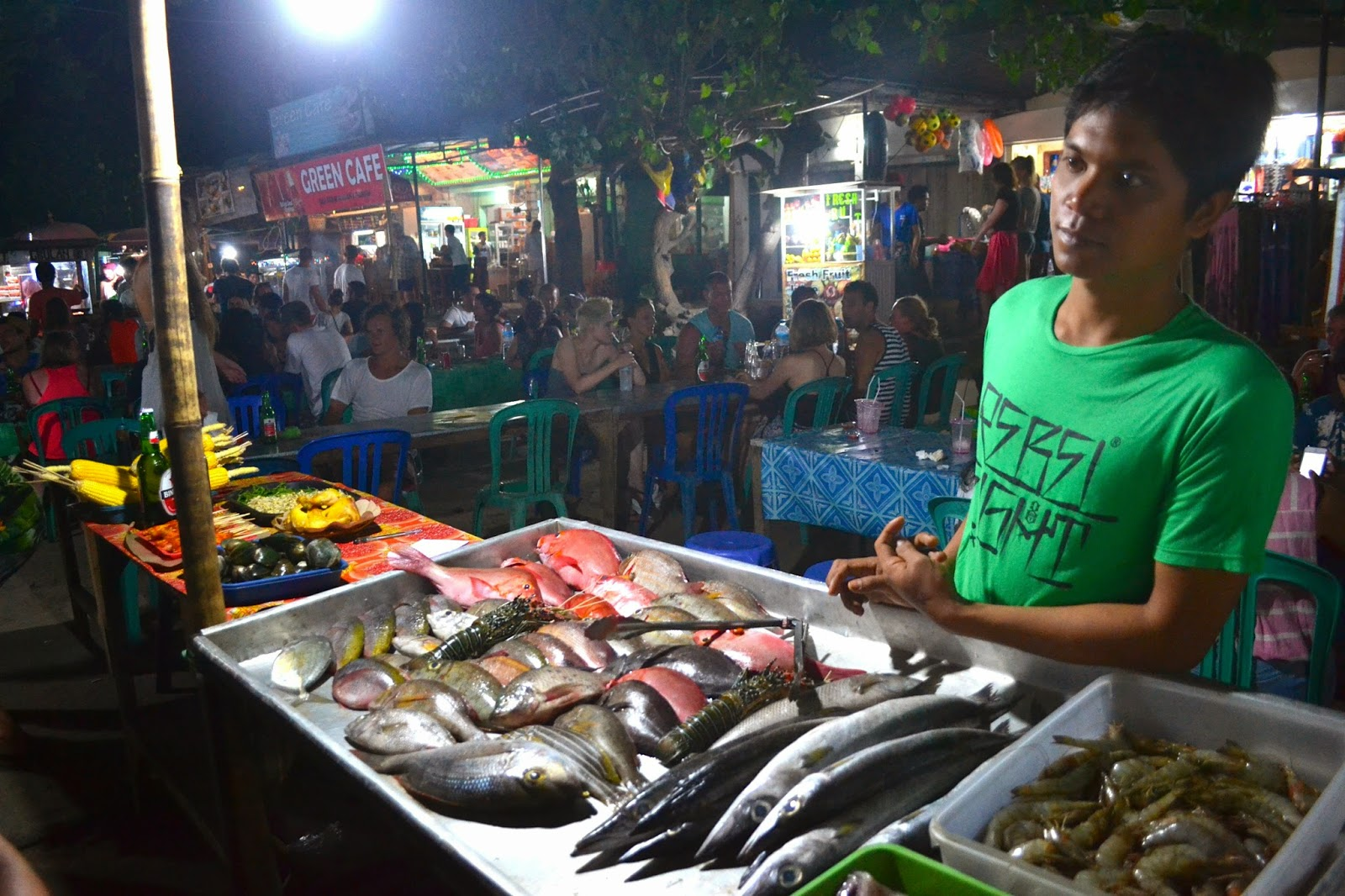 mercado local nocturno de Gili Trawangan, Indonesia