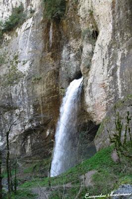 Imagen de la vista a la cascada de Kakouetta.