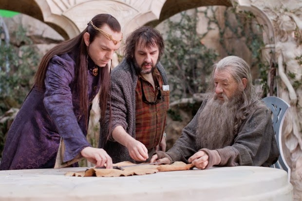 hugo-weaving-and-ian-mckellen-talking-with-peter-jackson