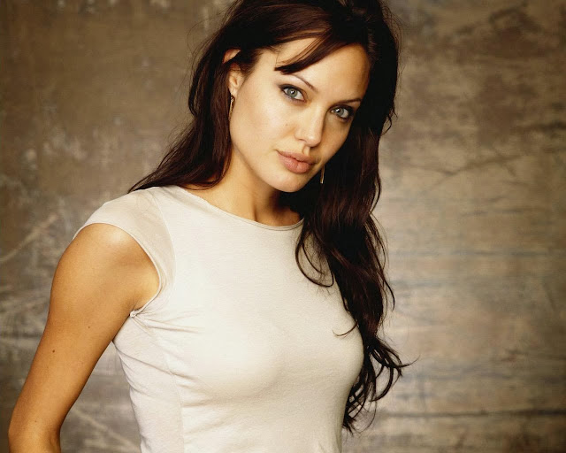 Анджелина Джоли в майке