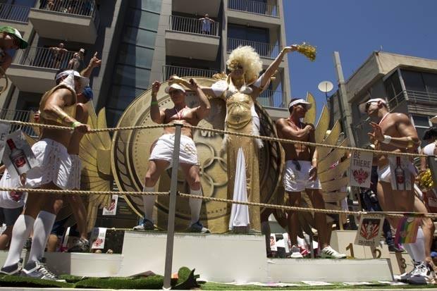 Participantes durante parada LGBT em Tel Aviv. (Foto: Jack Guez/AP)